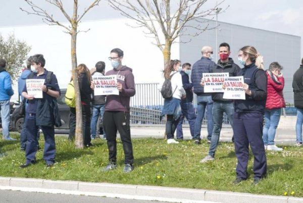 Los trabajadores de Mercedes Vitoria recogen lentejas en rechazo al ERTE