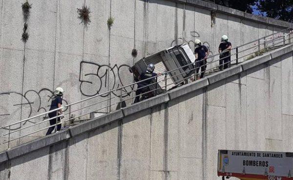 El motocarro cayó del Parque de la Pereda a las escaleras que comunican con la calle Ernest Lluch. / ANTONIO 'SANE'