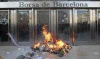 Juicio por quemar caja de cartón con papeles imitando billetes de banco