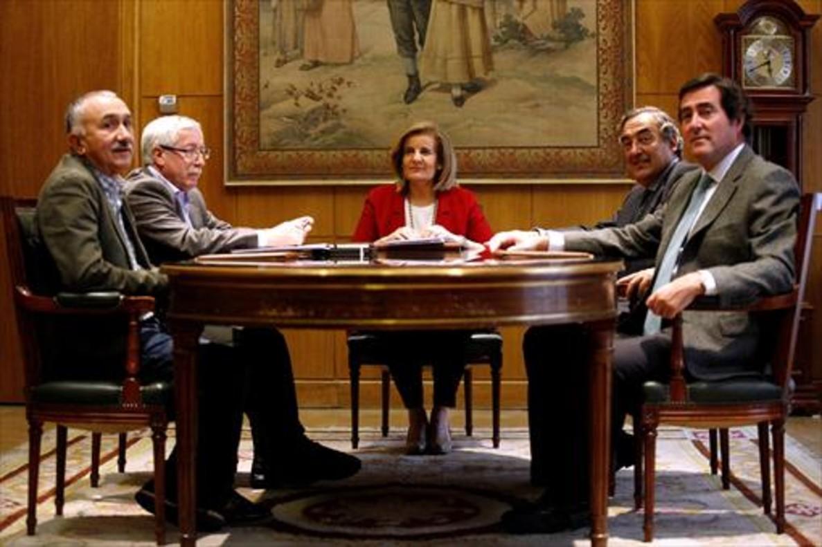 izquierda-derecha-alvarez-ugt-fernandez-toxo-ccoo-br-ministra-banez-rosell-ceoe-garamendi-cepyme-ayer-madrid-1476737728513